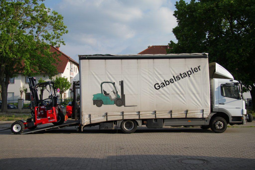 Stapler-Transport mit Heller Gabelstapler
